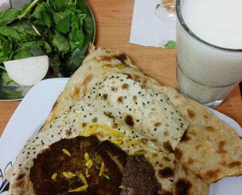 Biryani en persan signifie griller ou frire. Biryani (en tant que plat, prononcé ber-you-nee) est un aliment traditionnel d'Ispahani, fabriqué et servi uniquement à Ispahan.