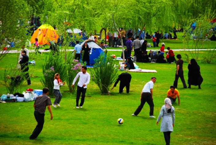 Sizdah bedarisanIranianfestivaltradition,celebratedinthethirteenthdayoftheFarvardin.Iranianshaveatraditionofspendingthedayoutdoors.