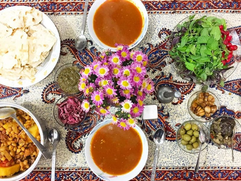 Ābgoosht is usually made with lamb, chickpeas, white beans, onion, potatoes, and tomatoes, turmeric, and dried lime. Other variations exist in the beans used, such as kidney beans and black-eyed peas.[